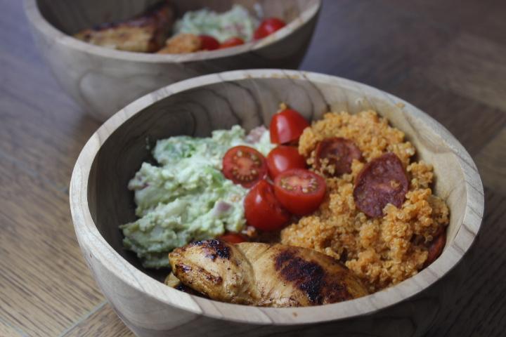 Quinoa met chorizo, kip en guacamole