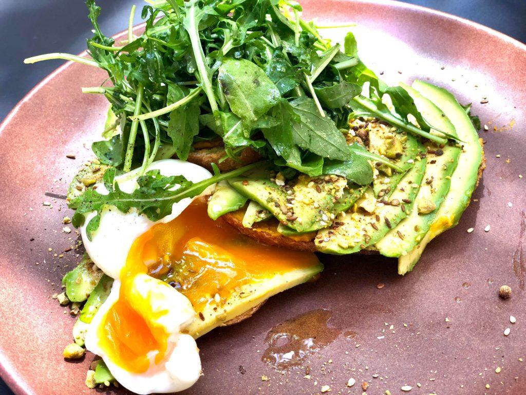 Brood met avocado en een gepocheerd ei